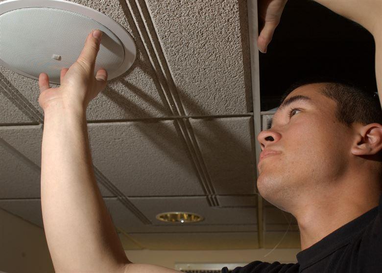 התקנת רמקולים שקועים בתקרה
