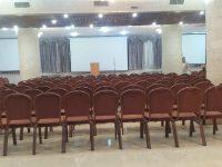 התקנת מקרנים ומסכי הקרנה ענקיים באולם כנסים