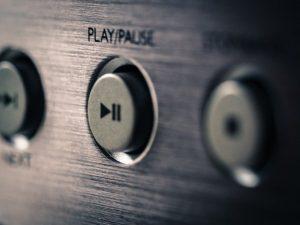 מתקין מערכת שמע