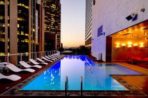 רמקולים לבריכה במלון